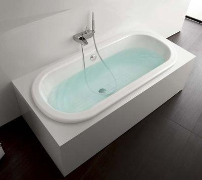"""En fonte, baignoire à encastrer ovale, avec fond antidérapant et pieds réglables. 170 x 75 cm. """"Faro"""", 1 324 euros, Roca."""