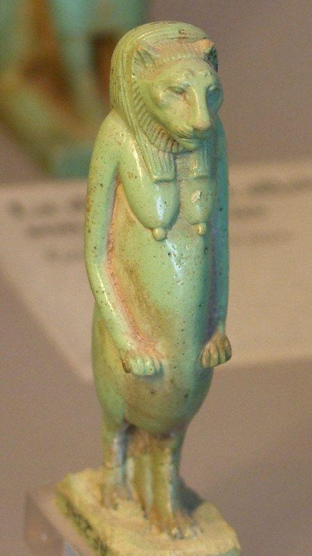 Statuette de Bastet exposée dans la section antiquité égyptienne du musée du Louvre. Bastet est la déesse de la maison et du chat domestique mais aussi de la joie et de la chaleur du soleil. Elle est vénérée à Bubatis, en Haute Egypte. Les chats, en Egypte ancienne, étaient l'un des seuls animaux à recevoir le privilège d'être momifiés. En effet, Bastet était aussi une déesse protectrice du pharaon.
