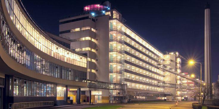 Links de ingang van ons kantoor: gebouw 10
