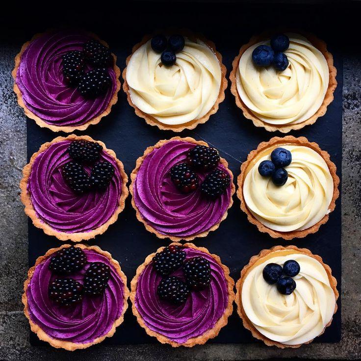 Каждое утро нам приходится делать выбор... что надеть, какой дорогой пойти, что будет на десерт - смородиновый или лимонный тарт :)) У нас тут сегодня есть все, чтобы обеспечить вам муки выбора :) Очень шоколадный и Шоколадно-Ванильный торты, Чизкейк, Наполеон, Миндальный с малиной и Яблочный пирог. Павловы, Апельсиновые кексы и очень шоколадные капкейки. Мало? Ок! Тогда, ещё Макаронс: лимонные, мятные с малиной, ванильные с белым шоколадом, малина с ванилью и зелёный японский чай :)