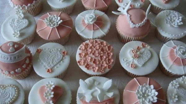 как можно украсить свадебные кексики