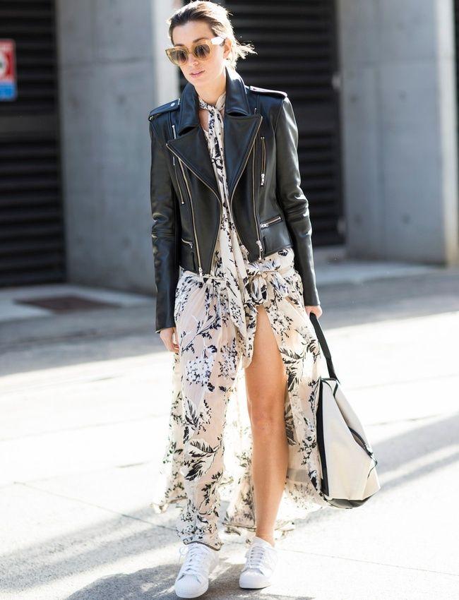 Longue robe fluide + baskets blanches + perfecto en cuir noir = le bon mix (blog A Love is Blind)