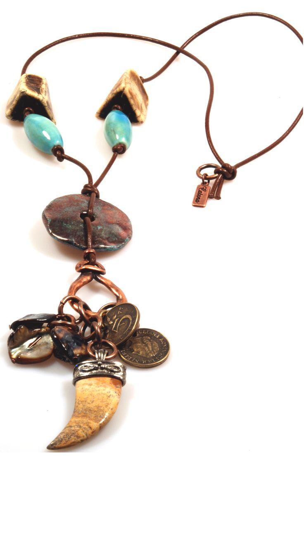 Lange ketting in aqua-groen en bruin met keramiekschijf en gote haaientand van jasper Stijl: bohemian gypsy Afmetingen:Lengteinclusief hanger ca. 49 cm Materiaal:keramiek, resin, leer, schelp, jasper, metaal (nikkelvrij) Kleur:(licht) bruin, aqua, groen Metaalkleur:brons, koper Catena staat voor zeer exclusieve trendy handmade sieraden (kettingen, armbanden, oorbellen), ontworpen in eigen atelier in verschillende stijlen zoals bohemian (boho), […]