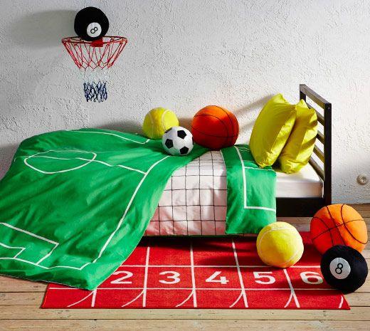 Kinderbett mit SPELPLAN Bettwäsche-Set in Grün, davor kurzfloriger SPRINGA Teppich in Rot und viele Spielzeugbälle