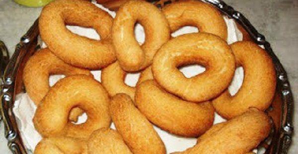 Biscoito frito doce INGREDIENTES  500g de polvilho doce 1/2 xícara de chá de água 1 xícara de chá de açúcar 1 pitada de sal 2 ovos 1/2 xícara de chá de óleo