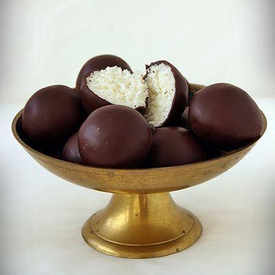 Bounty golyó - Hozzávalók:      28-30 db golyóhoz:     20 dkg kókuszreszelék     10 dkg porcukor     2 csomag vaníliás cukor     10 dkg mascarpone     1 tábla csokoládé (60%-os)