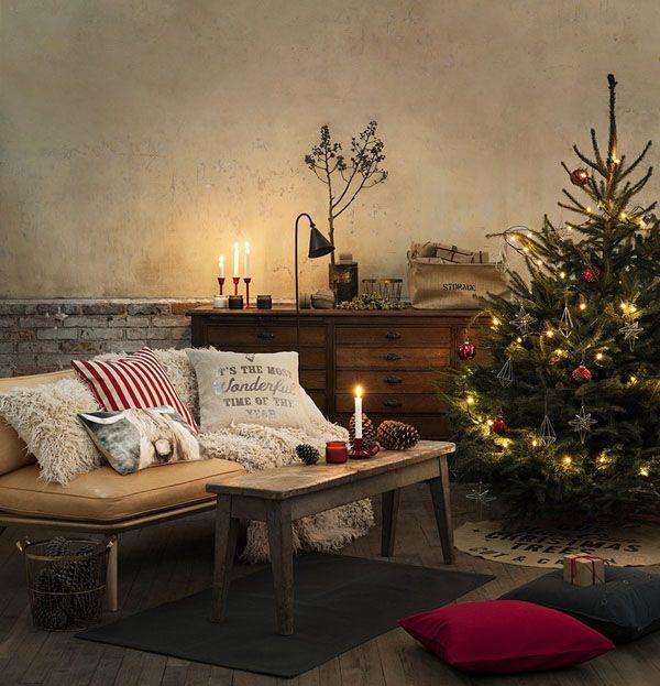 Κλασικά ντυμένο χριστουγεννιάτικο δέντρο με κόκκινο και χρυσό στο περιβάλλον.