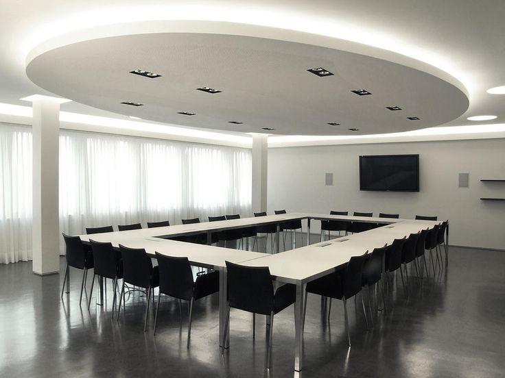 Progetto della sala riunioni della RSI a Comano. Progetto di illuminazione, progetto di architettura di interni e fornitura dell'arredamento.