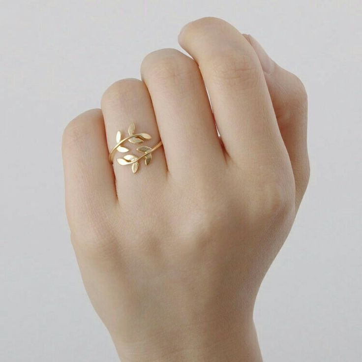 Love the curved laurel wreath design - gorgeous in gold but would be equally stunning in silver, I'm sure