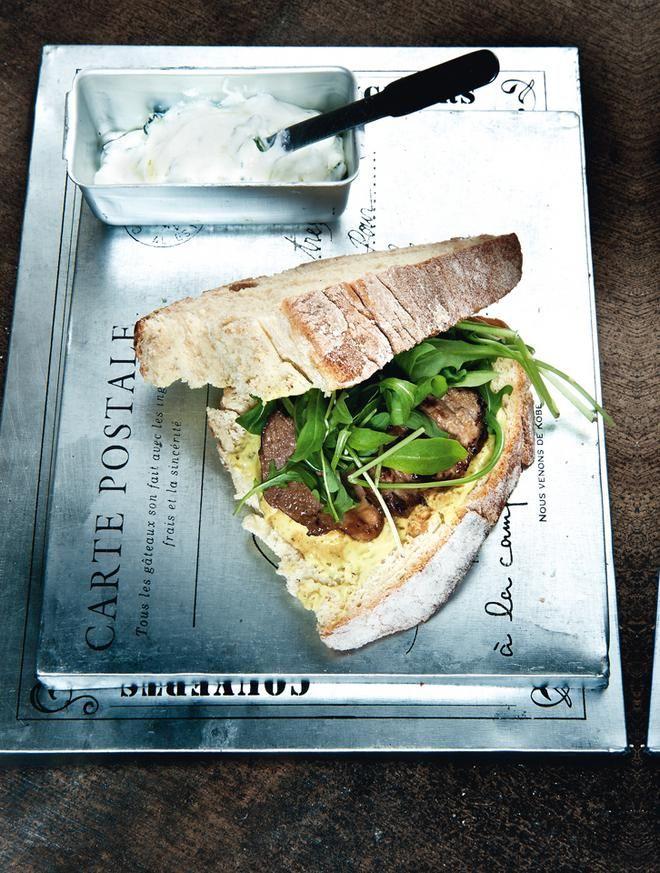 Χωριάτικο σάντουιτς με αρνί, ξινομυζήθρα και μουστάρδα