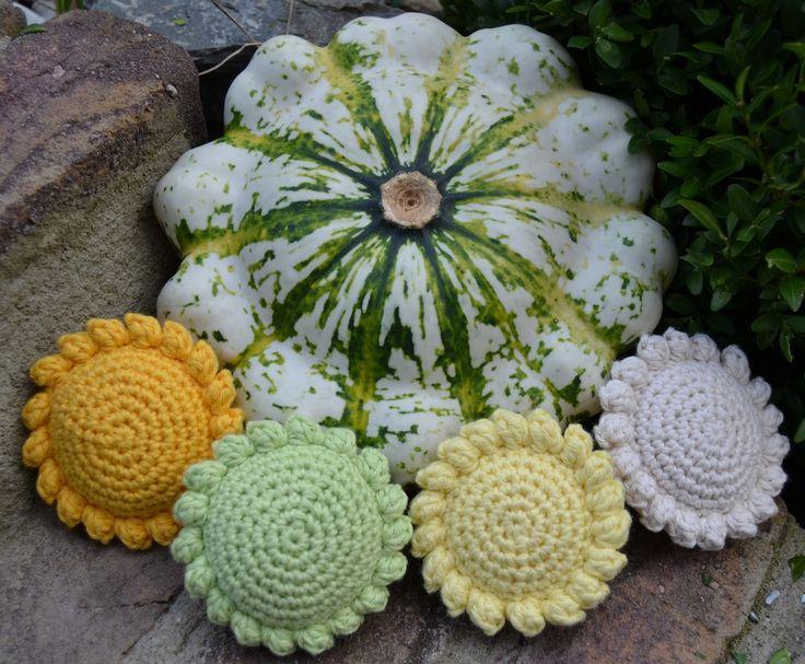 Dear friends, part II of my autumnal tutorial series. The pattypan squash wasn' t part of my pumpkin wreath, but was featured am...