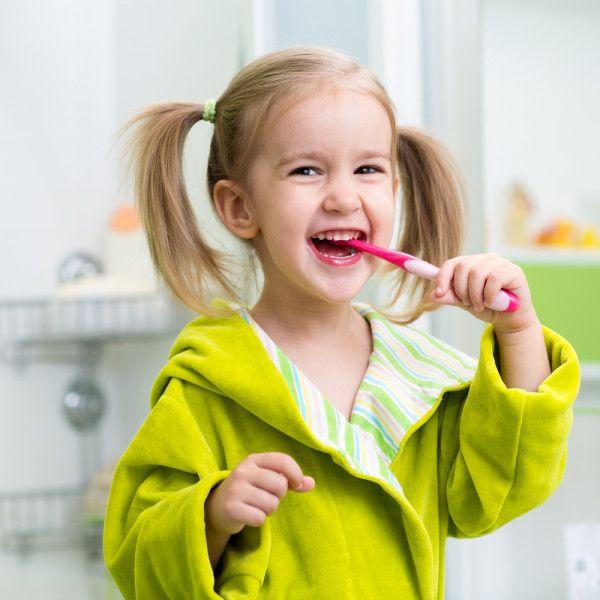 Cómo Deben Lavarse Los Dientes Los Niños Según Su Edad Cuidado Dental Niños Cepillandose Los Dientes Odontología Estetica