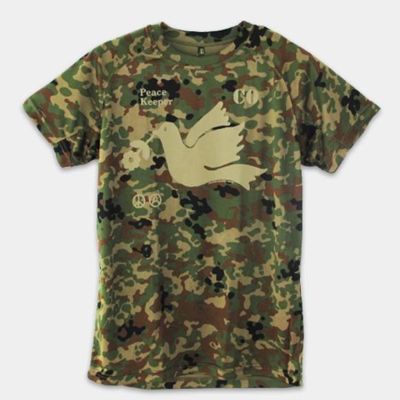 ピース・キーパー カモフラージュ 2014 / デザイン・アゲインスト・トレンド  機能系ハイテク素材「クールナイス」でつくられた自由と平和、そして環境配慮を訴えるメッセージTシャツです。 実際に自衛隊でも採用されている本物のTシャツが使用されていますので、運動時での着用にもお勧めです。  *クールナイス: 汗を素早く逃がす吸汗速乾性素材クールナイス ファブリックは、独自のX型断面ポリエステル糸の使用により、 汗を素早く吸収しファブリックの表面へ拡散蒸発させて快適さを保ちます。 スポーツ時のムレやベタツキを軽減し、快適な着心地を維持します。 また、洗濯しても色褪せせず、耐久性にも優れています。   「ピースキーパーに込められた思い」 平和の象徴である鳩が、明るい未来 そして自然を象徴する花を咥えています。  COのアルファベットはConscientious Objection(良心的兵役拒否)を 意味しており、国家組織の暴力行為である戦争(殺戮)に 強制参加させられることに、異議を唱えています。  ピースマークは良く知られた平和のシンボルマークであり、 ...