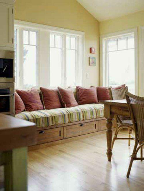Sitzecke am Fenster - viele rote Kissen
