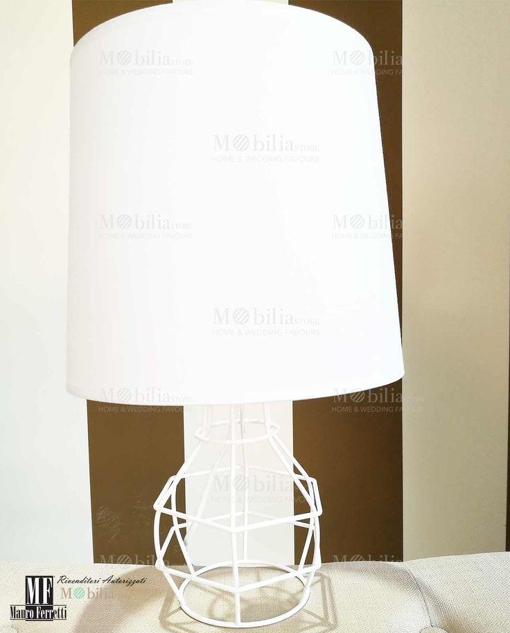 Lampada Design da Tavolo on struttura in metallo bianco e paralume in tessuto dallo stile unico ed esclusivo. Scopri le eccezionali e nuove offerte MobiliaStore.