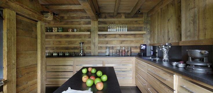 Alppihuvila Fermesin (Ranskan Alpit) keittiön kaapistot sulautuvat täydellisesti talon seinäpintojen kanssa.