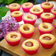 Spröda småkakor med rabarberfyllning.