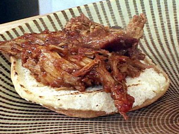 Sanduíche de Carne de Porco com Molho de Pimenta-do-Reino e Vinagre e Salada de Repolho com Cebolinha  - Food Network