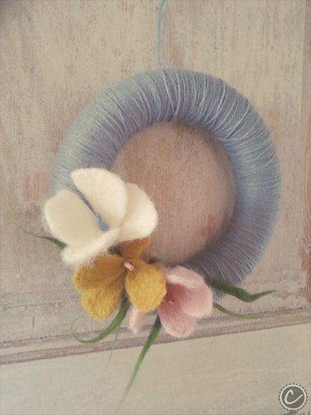 wianek z filcu (ręcznie filcowane kwiaty) oraz włóczki