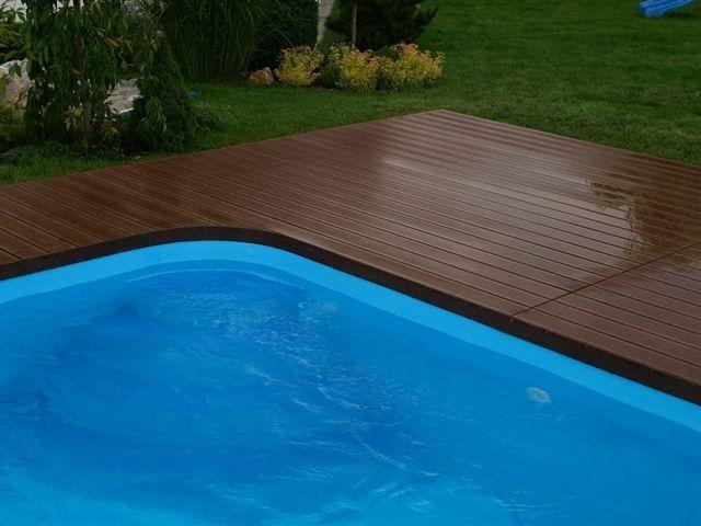 Terasa okolo bazénu