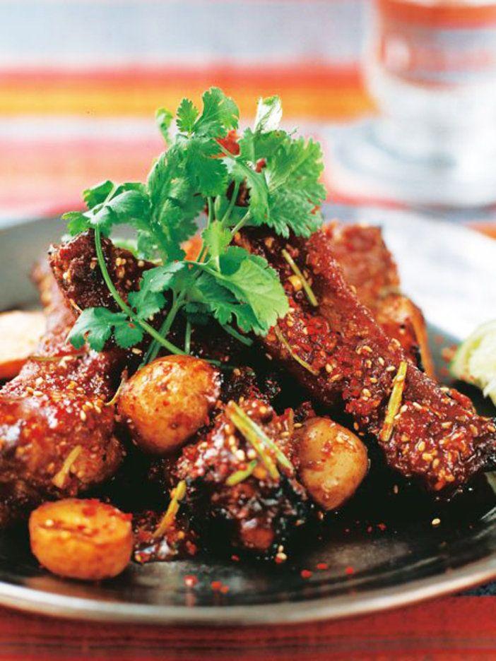 甘辛いたれをたっぷりからめて焼くスペアリブ。ハーブで香りづけするのがコウケンテツ流|『ELLE a table』はおしゃれで簡単なレシピが満載!