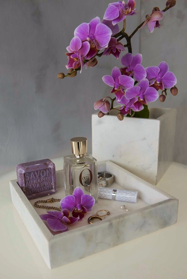 Marmorbrett med orkidé