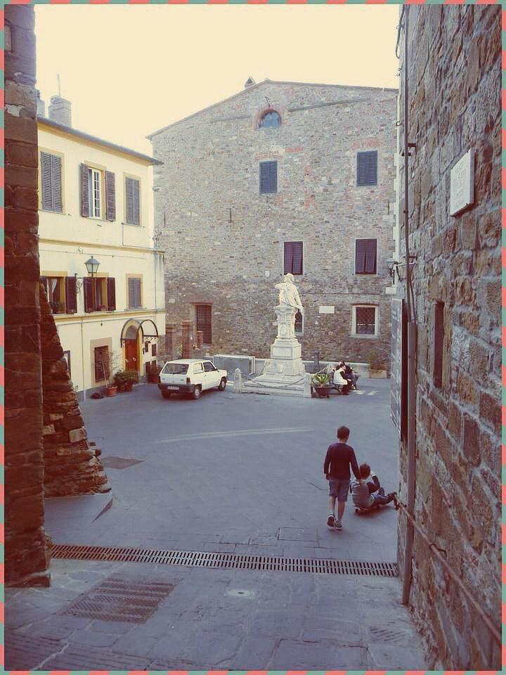 Scarlino (Grosseto). Piazza Garibaldi. Maremma Toscana.