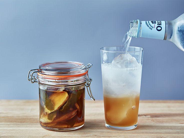 たっぷりの生姜とライムの皮で作る辛口自家製ジンジャーエールレシピです。生姜の強い風味に、唐辛子やクローブなどのスパイスを加えて、深みのある味に仕上げます。