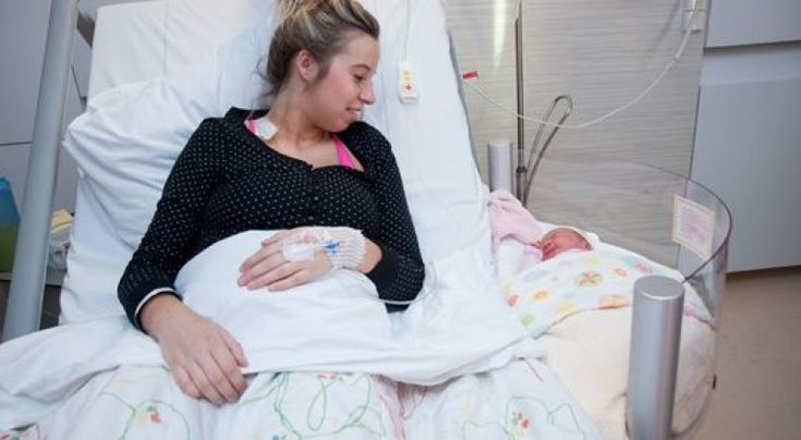 Maternidade holandesa usa berço acoplado à cama da mãe