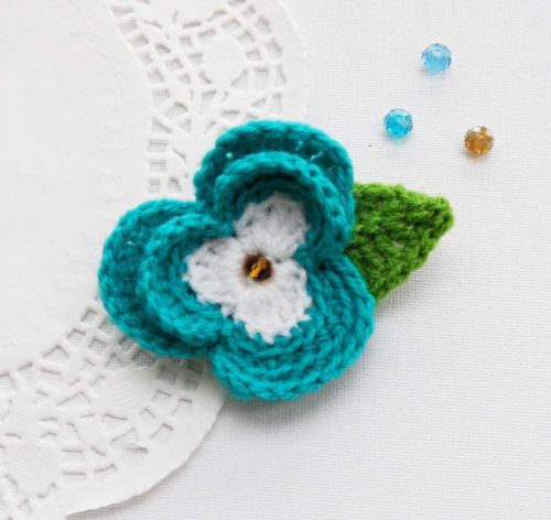 CROCHET-TURQUOISE-BLUE-FLOWER-PANSY-BROOCH-APPLIQUE-DECORATION-MOTHER-039-S-DAY-GIFT