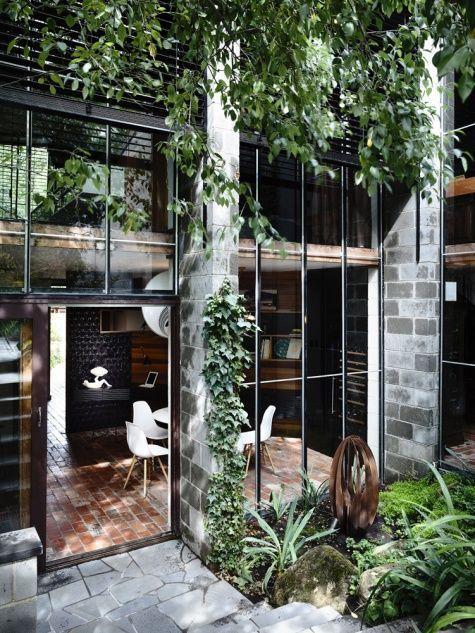 Stek in Stijl likes: black steel Windows & much green.