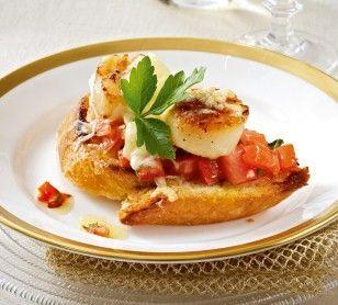 Das Rezept für Bruschetta mit Tomaten und Jakobsmuscheln und weitere kostenlose Rezepte auf LECKER.de