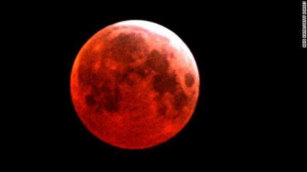 @tyo21sky 【見逃さないように!】来週の4月15日(火)に、日本で「赤い月」が見られるとNASAが報告。http://edition.cnn.com/2014/04/11/tech/innovation/blood-moon/index.html …  完全月食が起こり、月が赤みがかったオレンジ色に変化するので、Blood Moonと呼ばれます。 pic.twitter.com/OgeGqOMyVN