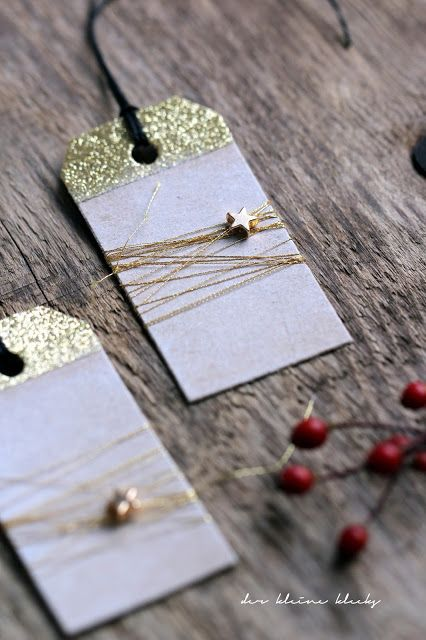 """der kleine klecks: Gefrostete Weihnachtsanhänger. Christmas tags, Weihnachtliche Geschenkanhänger aus Kraftpapier. Goldtape, Grußstempel und Tannenzweig-Stempel, Perlen aus dem Novemberkit von Charlie und Paulchen, Hero Arts Pigment Dye Stempelkissen Unicorn, Coats Metallicgarn gold, Goldsterne als Perlen Schneeflockenstempel aus dem Stempelset """"Tischlein deck´ Dich Weihnachtsmenü"""" - Charlie und Paulchen."""