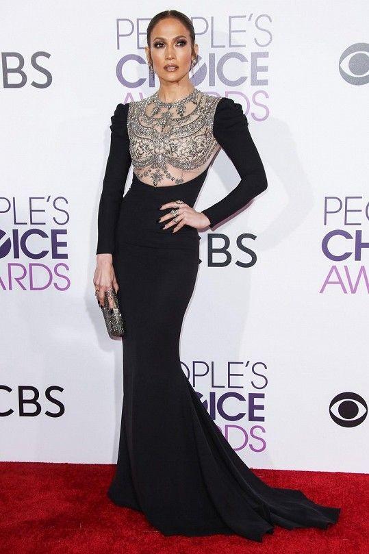 Královnou večera se stala Jennifer Lopez v pouzdrových černých šatech s vlečkou značky Reem Acra. Hlavní roli modelu hraje nákladně zdobený živůtek, pod kterým možná trošku nešťastně prosvítala tělová podprsenka.