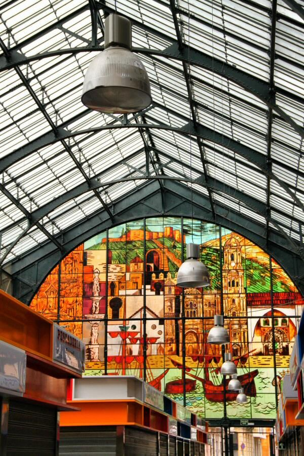 Cristaleras en el interior del Mercado de Atarazanas en el centro histórico de Málaga