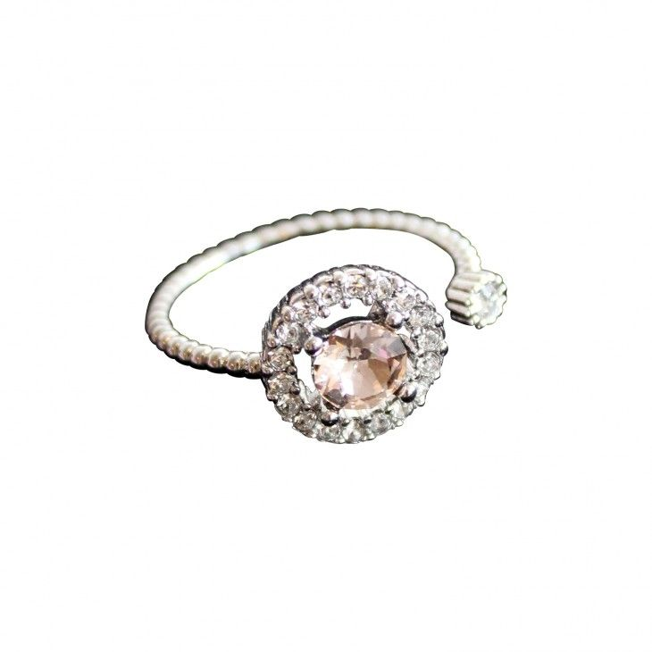 Ring with light pink crystal Miranda Silk ring by Lily and Rose.   Information      Ring with several white crystals in various sizes and one light pink crystal.    Size: One-size    Crystals:   1.5 mm Crystal (Oktant, Austria)  2.4 mm Silk (Swarovski, Austria)  5.3 mm Silk (Swarovski, Austria)