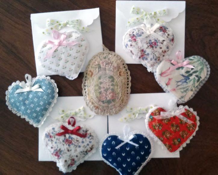 Con la colaboración de Eugenia Casals que los ha hecho personalmente. También los sobres hechos a mano. Cada corazón contiene extractos de lavanda en plástico para dar olor al armario.