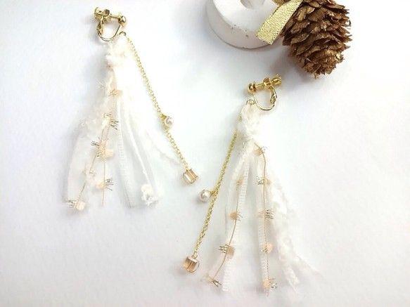 AVRILイヤリング winter memoriesAVRILの糸を使って軽やかなイヤリングをつくりました三種類のホワイトの糸とオレンジゴールドのキラキラのフ... ハンドメイド、手作り、手仕事品の通販・販売・購入ならCreema。
