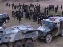 Сотні озброєних терористів з Чечні безперешкодно перетинають український кордон і вбивають силовиків та мирних жителів, заплативши прикордонникам всього по 15 тисяч євро. Більше читайте тут: http://tsn.ua/politika/prikordonniki-propuskayut-v-ukrayinu-sotni-ozbroyenih-kadirivciv-za-15-tisyach-yevro-352790.html