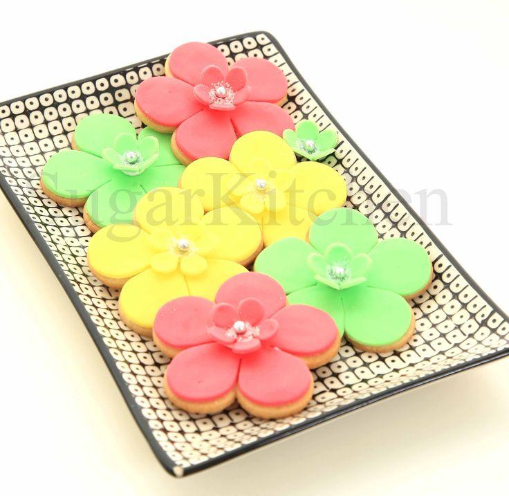 Sötaste och enklaste kakorna med bara en utstickare.  (Eller två om man vill ha mittblomman också) Att göra kakor där dekor och kaka är gjord av samma utstickare har ni säkert sett förut hos oss. Vi gillar det praktiska! Smiley wink Här är roskakor i fräscha färger inför vår och sommarbaket. Sockerpasta i färgerna Fuchsia, Lime och Gul pryder kakorna.  Visst är de ljuvliga? #roskakor #sommarfika #homeparty #bokavisning #blikonsulent #bakparty