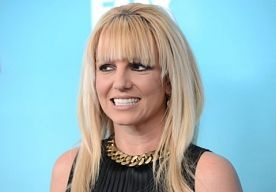 23-Mar-2013 14:00 - BRITNEY KOMT UIT VOOR NIEUWE RELATIE. Vorige maand gingen er al geruchten dat Britney Spears aan het daten zou zijn met David Lucado, maar de zangeres heeft nu besloten dat ze de relatie niet langer wil verbergen. De blondine werd vrijdag dan ook gespot terwijl ze hand in hand liep met haar nieuwe liefde. Het stel werd voor het eerst samen gezien op Valentijnsdag, terwijl ze gezellig genoten van een diner. Maar niet eerder kwamen Britney en David in het openbaar.....