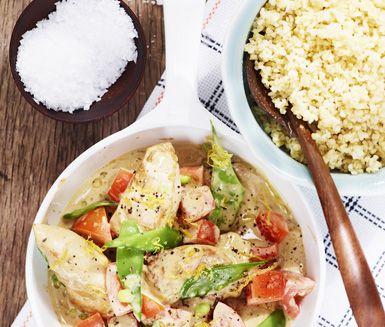 Kycklingen steks med rosmarin och får en krämig sås av crème fraiche och citron. Serveras med sockerärter och ris.