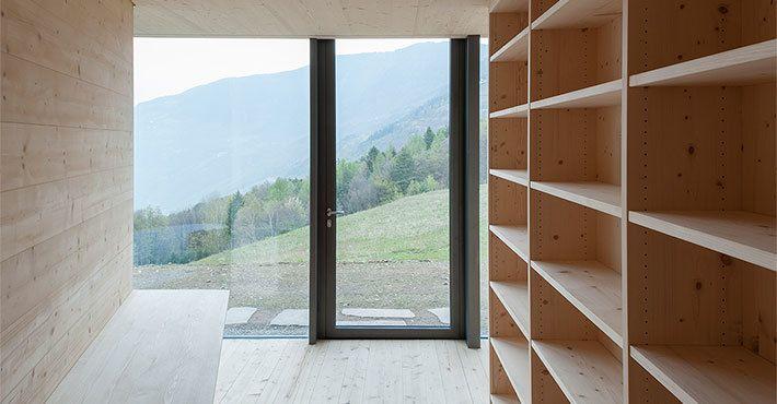 Небольшой домашний офис на нижнем уровне рядом со спальней.  (архитектура,дизайн,экстерьер,интерьер,дизайн интерьера,мебель,маленький дом,минимализм,домашний офис,офис,мастерская) .
