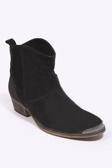 deena & ozzy boot via UO in size 38.5, please.