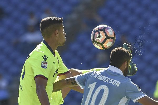 Lazio's midfielder from Brazil Felipe Anderson (R) fights for the ball with Bologna's defender from Morocco Adam Masina during the Italian Serie A football match Lazio vs Bologna on October 16, 2016 at Rome's Olympic stadium. / AFP / ANDREAS SOLARO