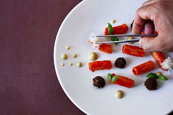 MACCHERONI, PEPERONE, MANDORLE E AGNELLO dello chef Roy Caceres.