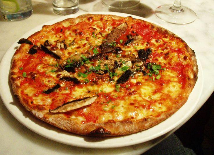 Grov pizzabunn av surdeig (uten gjær) - http://www.matbok.no/grov-pizzabunn-av-surdeig/