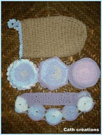 bandeau pour les cheveux, disques à démaquiller et gant de crin home made.