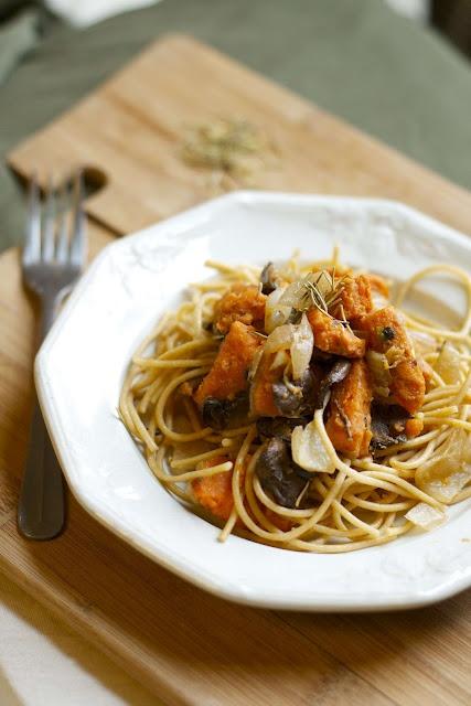 Rosemary sweet potato & mushroom pasta.Crazy Swings, Rosemary Sweets, Vegan Recipe, Sweets Potatoes Pasta, Mushroom Pasta, Mushrooms Pasta, Definition Comforters, Swings Weather, Easy Pasta